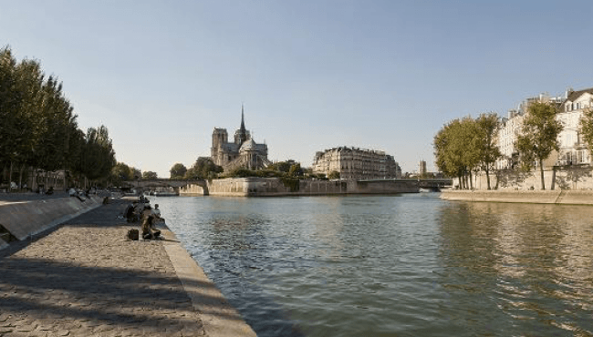 Party at the banks of the Seine: Spring in Paris